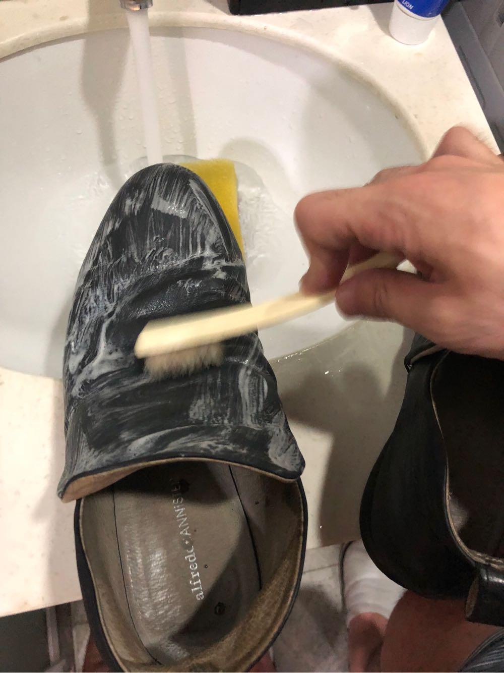 alfredoBANNISTERのシューズをサドルソープで洗う様子
