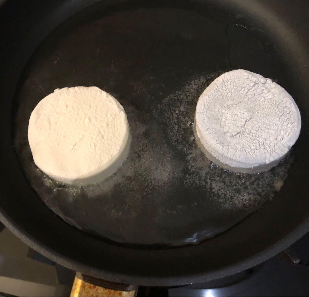 ジーマーミ豆腐を揚げる