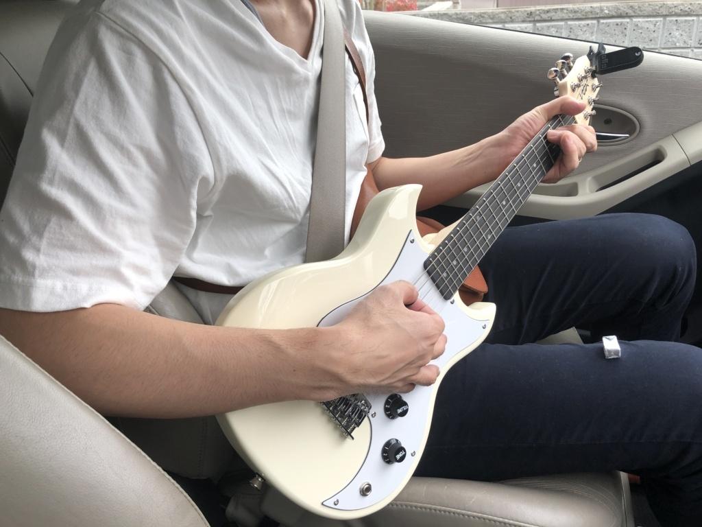 VOXミニギターSDC-1 mini 車の中で弾いている2