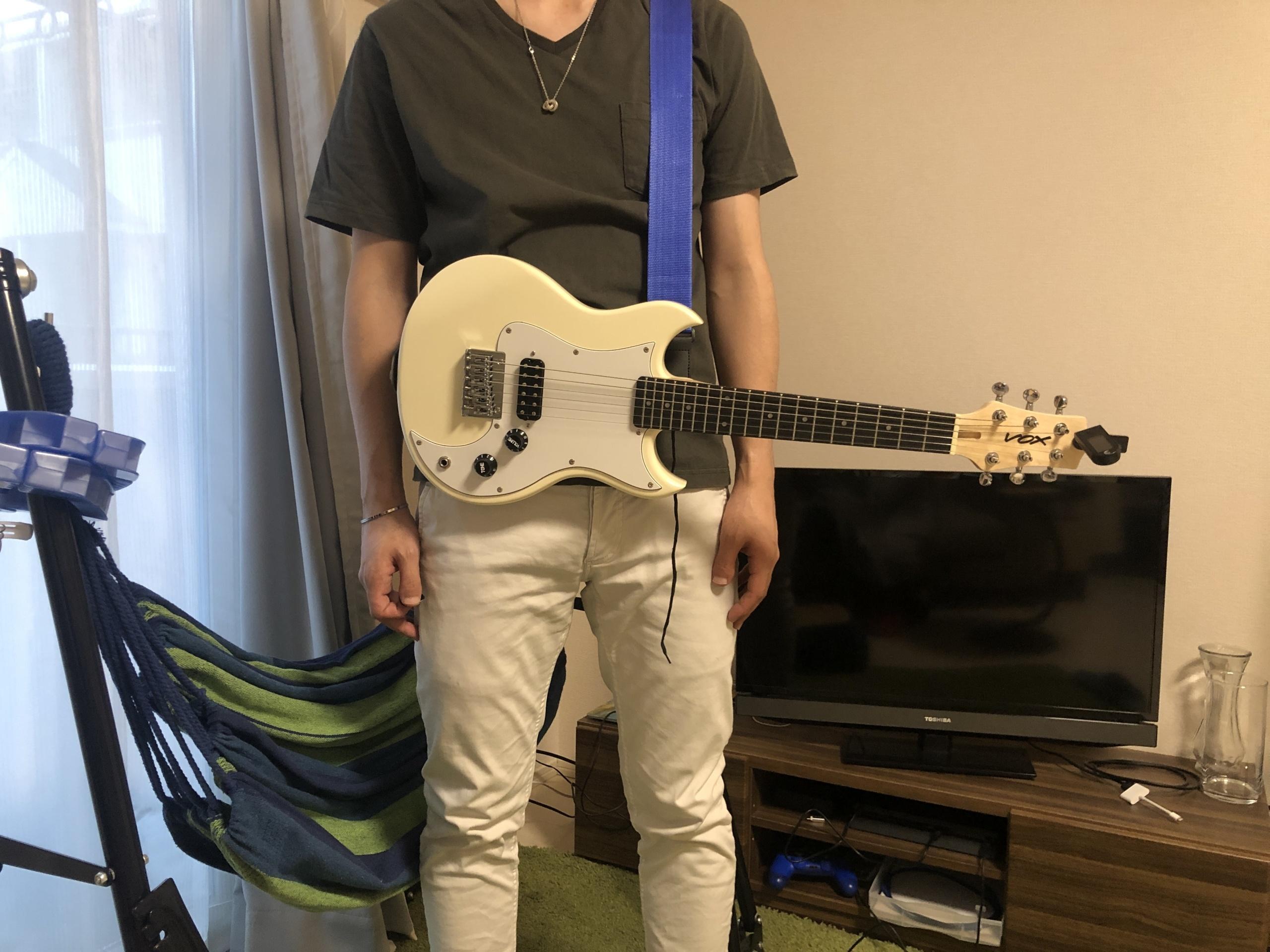 VOXミニギターSDC-1 mini 立って演奏 手を離したところ