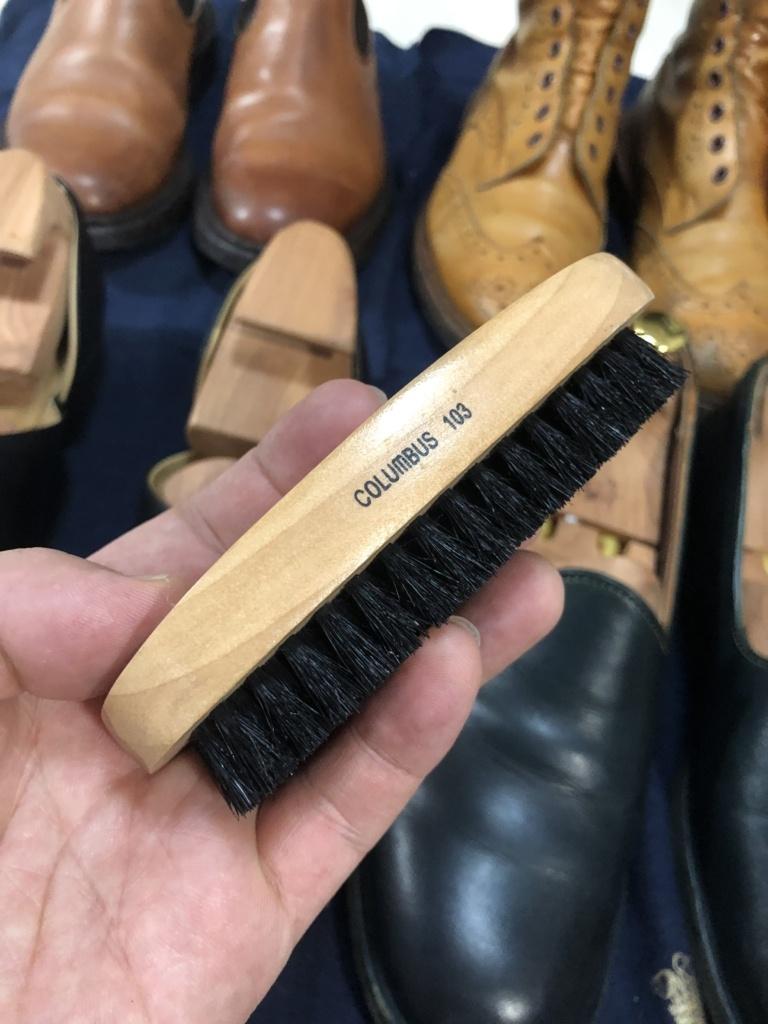 トリッカーズの靴をメンテナンス 豚毛ブラシで光沢を出す