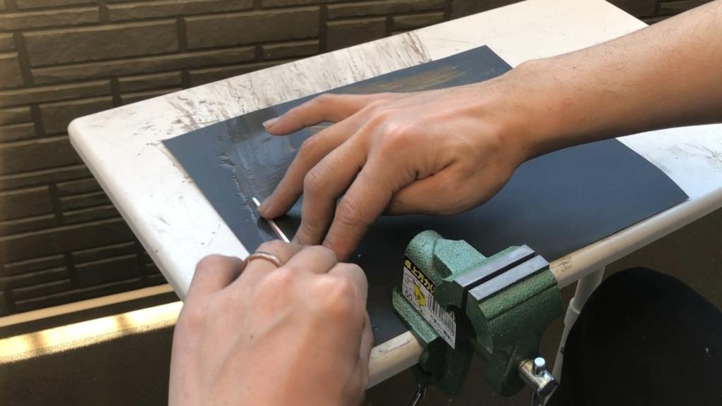 銅とシルバーのバイカラーバングル 余分な銀ロウを削る