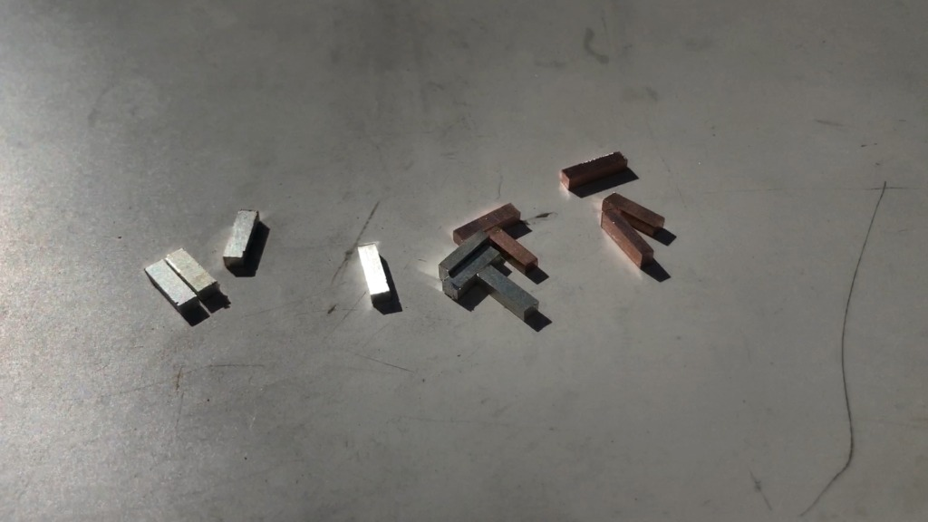 銅とシルバーのバイカラーバングル 小さなパーツに切り分ける