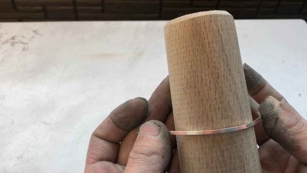 銅とシルバーのバイカラーバングル 木型でバングルの形にする